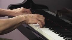 Lerne jetzt dein erstes Klavier-Stück! - KostenloseKurse.com