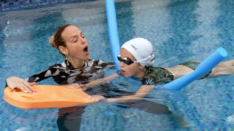 Teach your child to swim – step-by-step guide